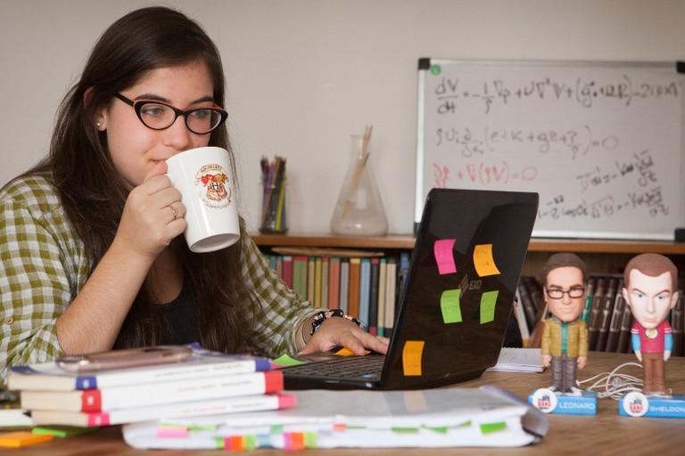 Leonard y Sheldon, de The Big Bang Theory, en la mesa de Paola Corrales, estudiante de ciencias de la atmósfera