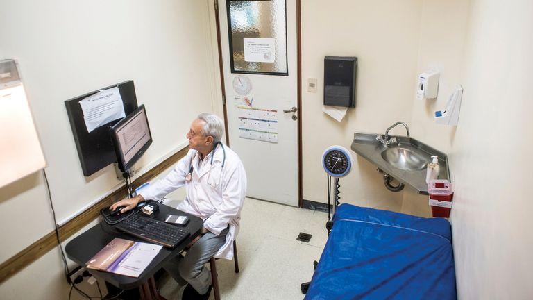 Así de mínimo es el consultorio del hospital Fernández donde Pedro Cahn atiende a sus pacientes