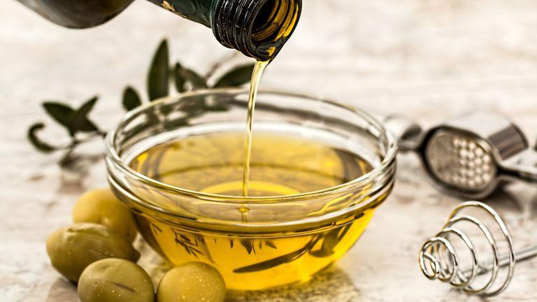 El aceite de oliva es rico en Omega 9 y ayuda a reducir los niveles de coelsterol