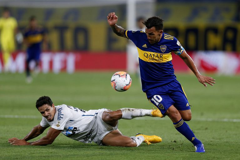 Carlos Tévez, de Boca Juniors, supera la marca de Lucas Veríssimo, del Santos, durante el partido de ida que disputaron por la semifinal de la Copa Libertadores.