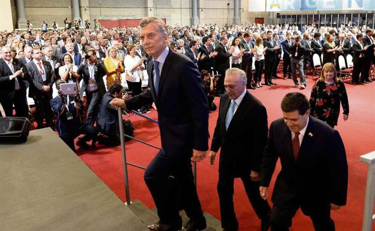ascenso. Macri avanza hacia el escenario de la OMC junto a sus pares Temer, de Brasil, y Cartes, de Paraguay; detrás, Malcorra