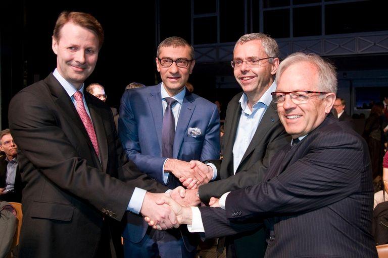 Risto Siilasmaa, presidente del directorio de Nokia; Rajeev Suri, su CEO; Michel Combes, CEO de Alcatel-Lucent, y Philippe Camus, presidente del directorio de Alcatel-Lucent, durante el anuncio