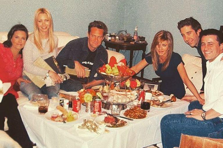 El elenco de Friends de izquierda a derecha: Courtney Cox, Lisa Kudrow, Matthew Perry, Jennifer Anniston, David Schwimmer y Matt Leblanc
