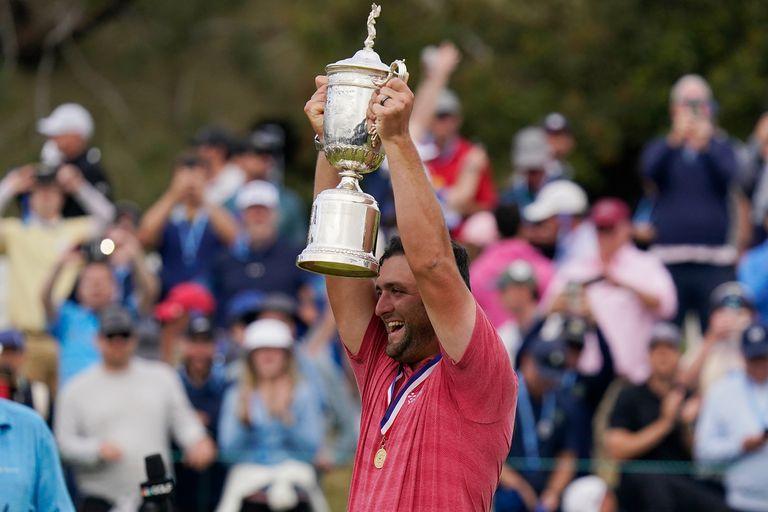 Jon Rahm con el trofeo de vencedor del Abierto de Golf de Estados Unidos