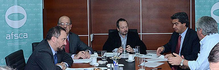 Ignacio Saavedra, a la izquierda y de perfil, en una reunión de la Afsca