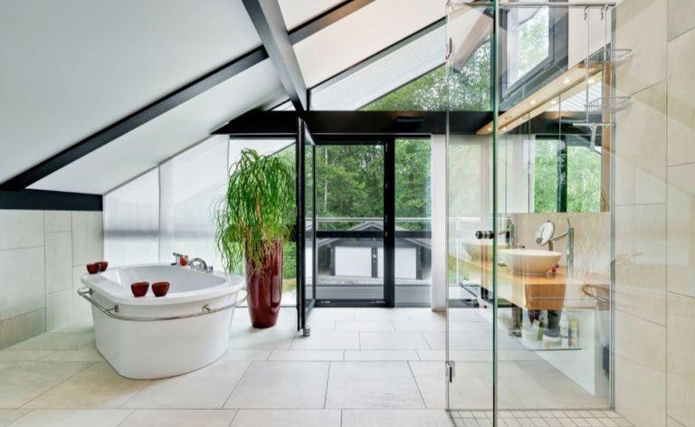Los baños son espaciosos, tienen bañadera y ducha