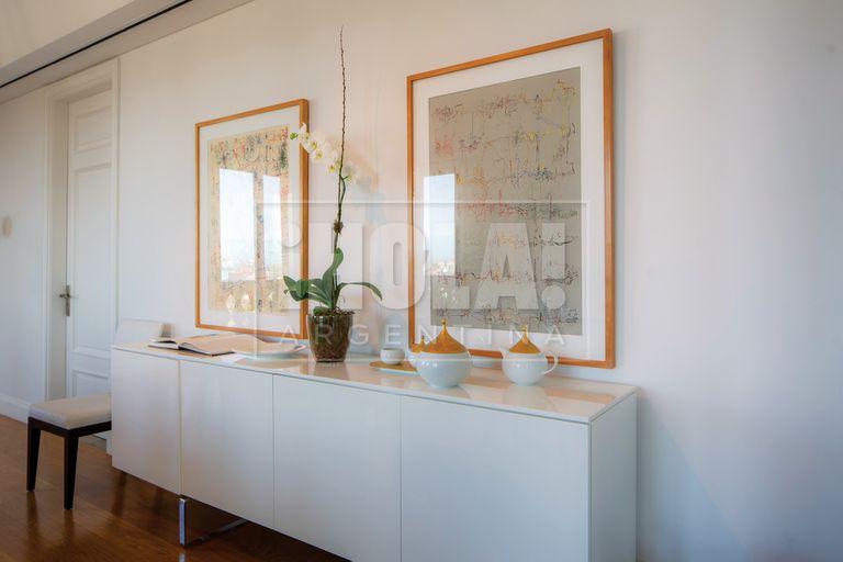 Sobre una de las paredes del comedor, dos obras de León Ferrari, ambas de 1962.
