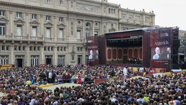 Miles de personas le dieron una inusual estampa a la Plaza Vaticano