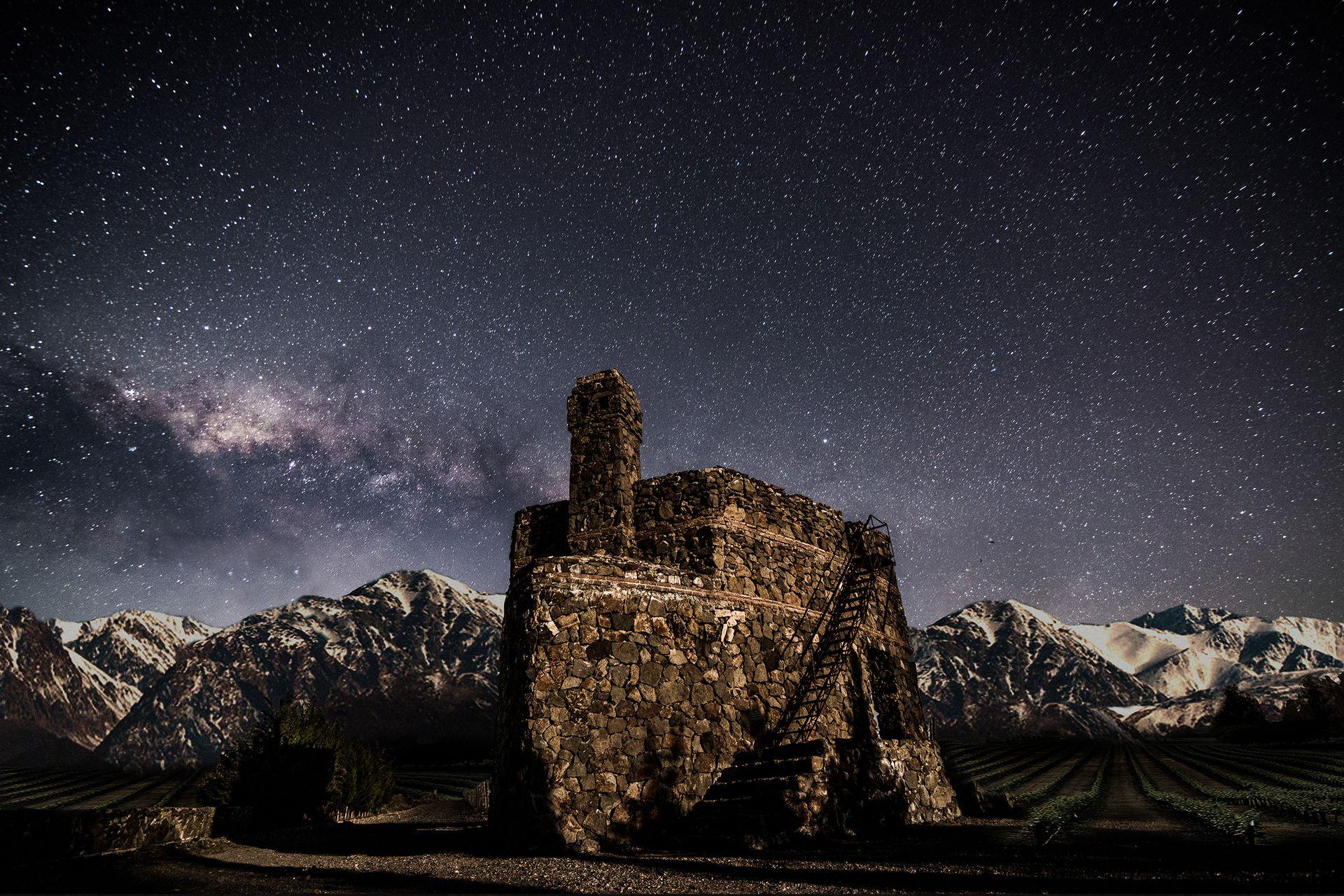 Vista nocturna del mirador de piedra del viñedo Adrianna, en Gualtallary