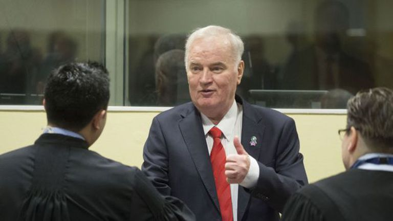 """Mladic, de 74 años, saludó a sus abogados defensores al inicio de la audiencia. El tribunal desestimó los atenuantes que había pedido su defensa, incluyendo """"capacidad mental disminuida"""" y estado de salud delicado"""