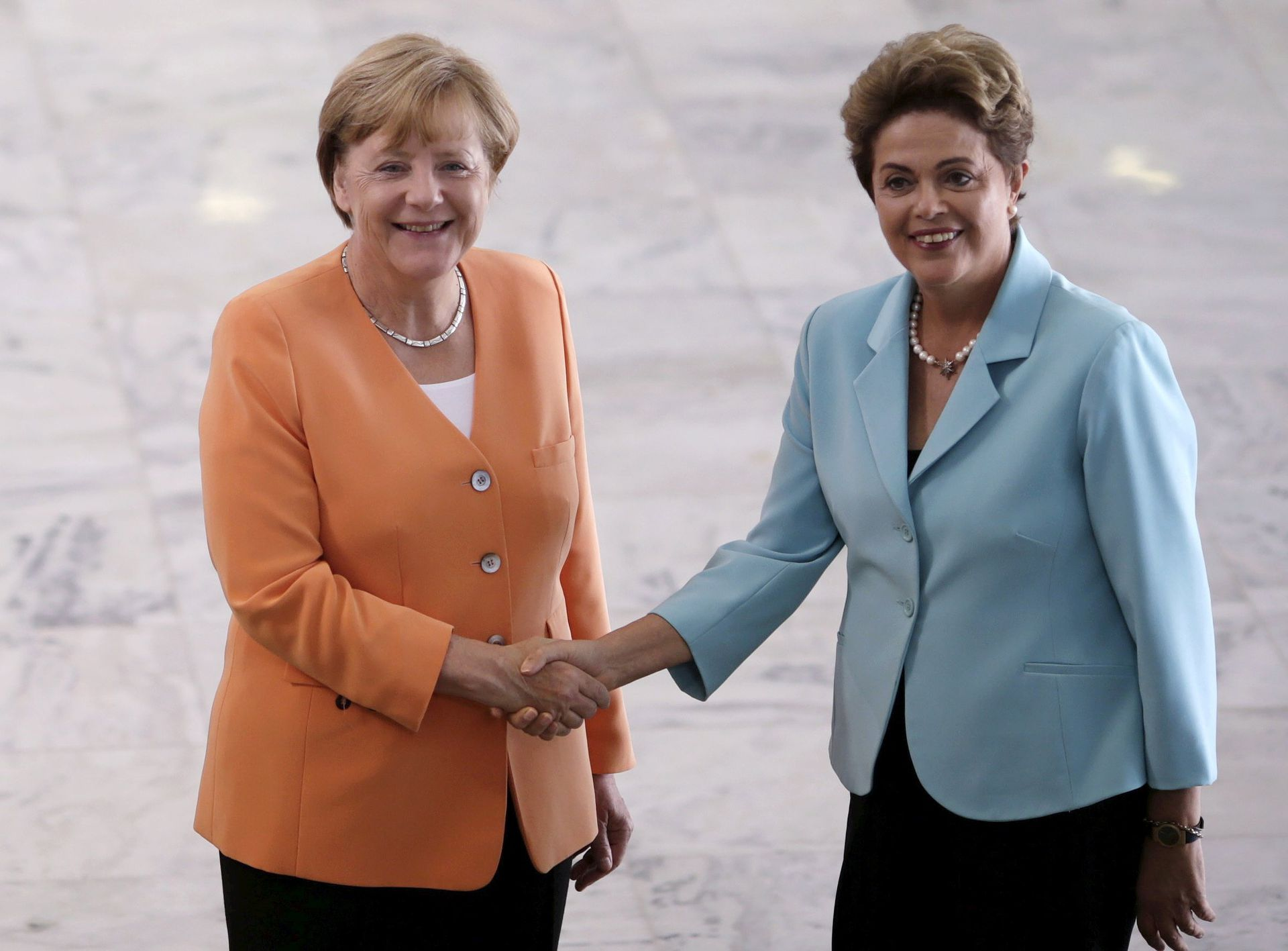 Angela Merkel se da la mano con la presidenta de Brasil, Dilma Rousseff, antes de una reunión en el Palacio Planalto en Brasilia, Brasil, el 20 de agosto de 2015