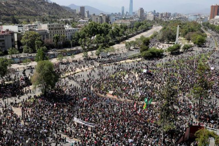 La imagen de la multitudinaria marcha pacífica con la otra cara del descontento