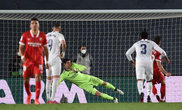 Increíble. Era penal para Real Madrid, pero el VAR lo dio para Sevilla
