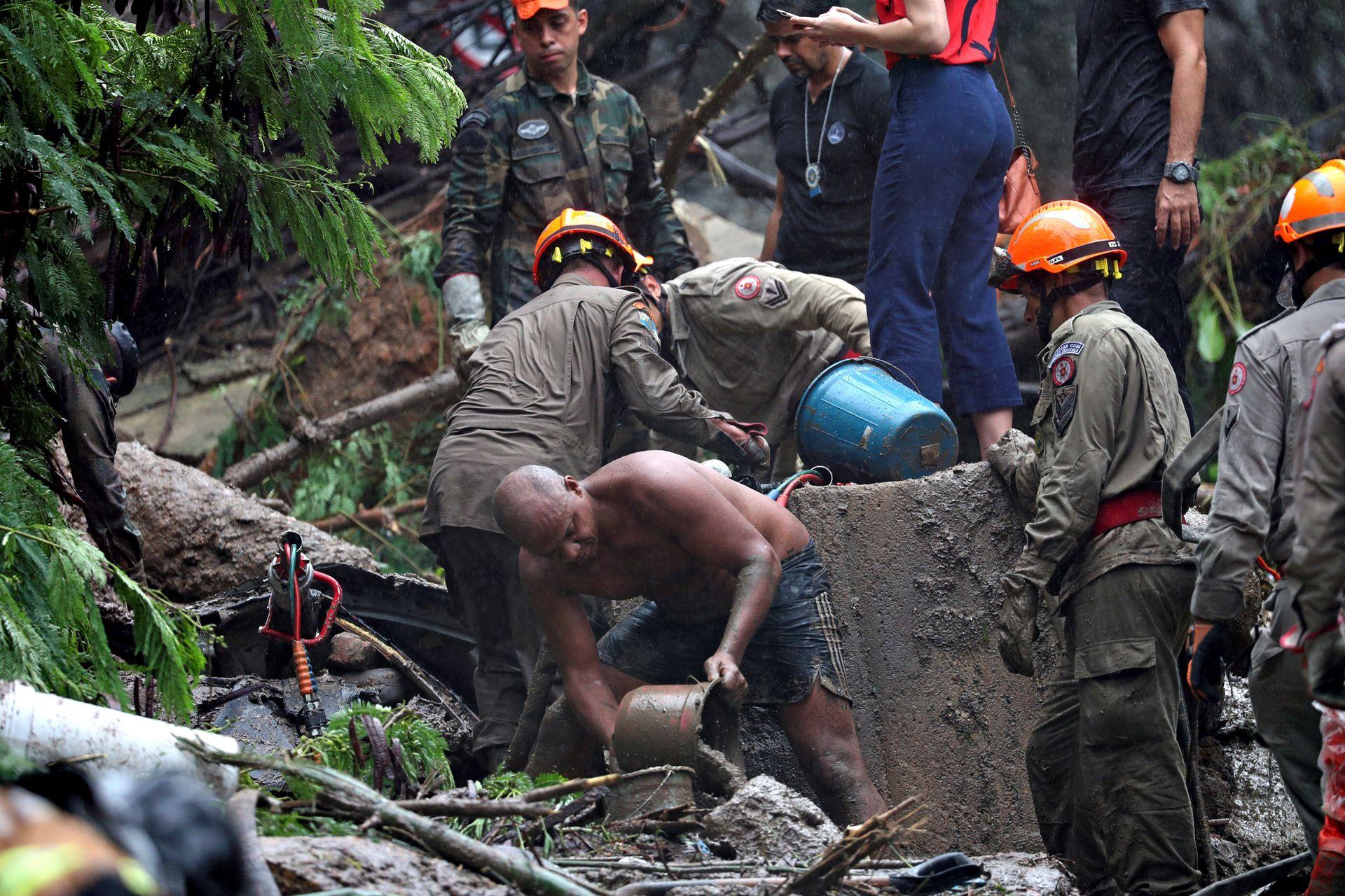 Equipos de rescate y voluntarios en la zona del alud