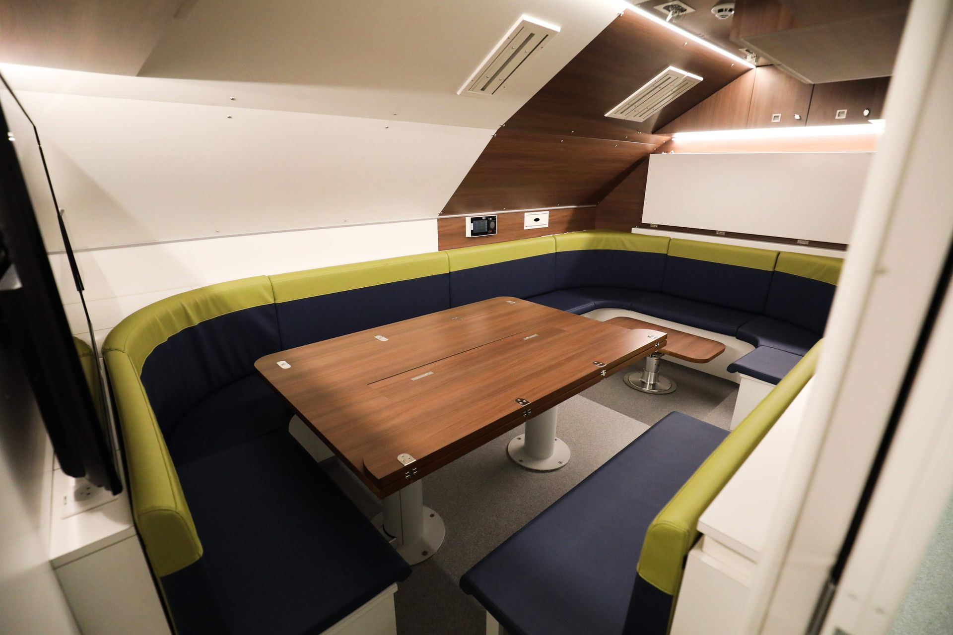 Una vista de las mesas del restaurante de la nave nuclear francesa