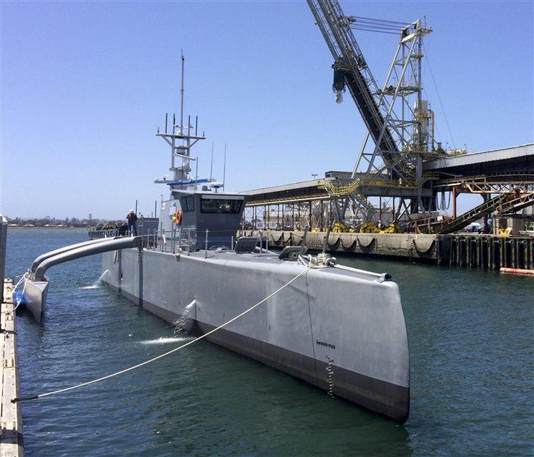 El Sea Hunter en el astillero de San Diego, a la espera de zarpar