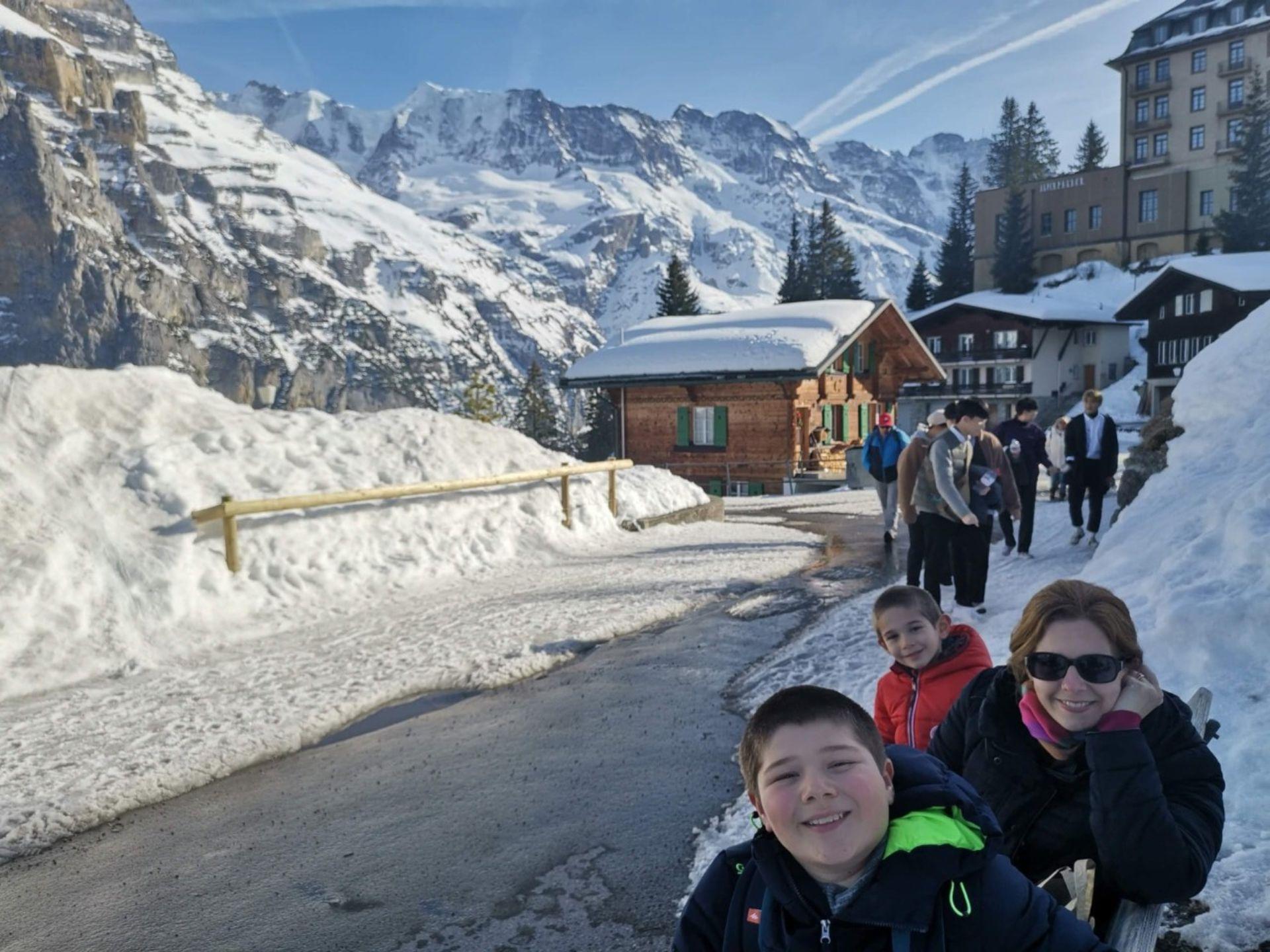 Disfrutando de la nieve con sus hijos en Mürren ( una localidad suiza situada en la comuna de Lauterbrunnen, en el cantón de Berna)