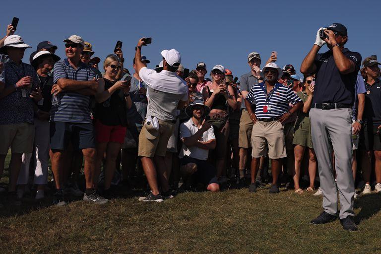 Phil Mickelson usa un telémetro antes de jugar su tiro en el hoyo 11 en la velta final del PGA Championship, en el Ocean Course de Kiawah Island Golf Resort, en Kiawah Island, Carolina del Sur; terminó ganando