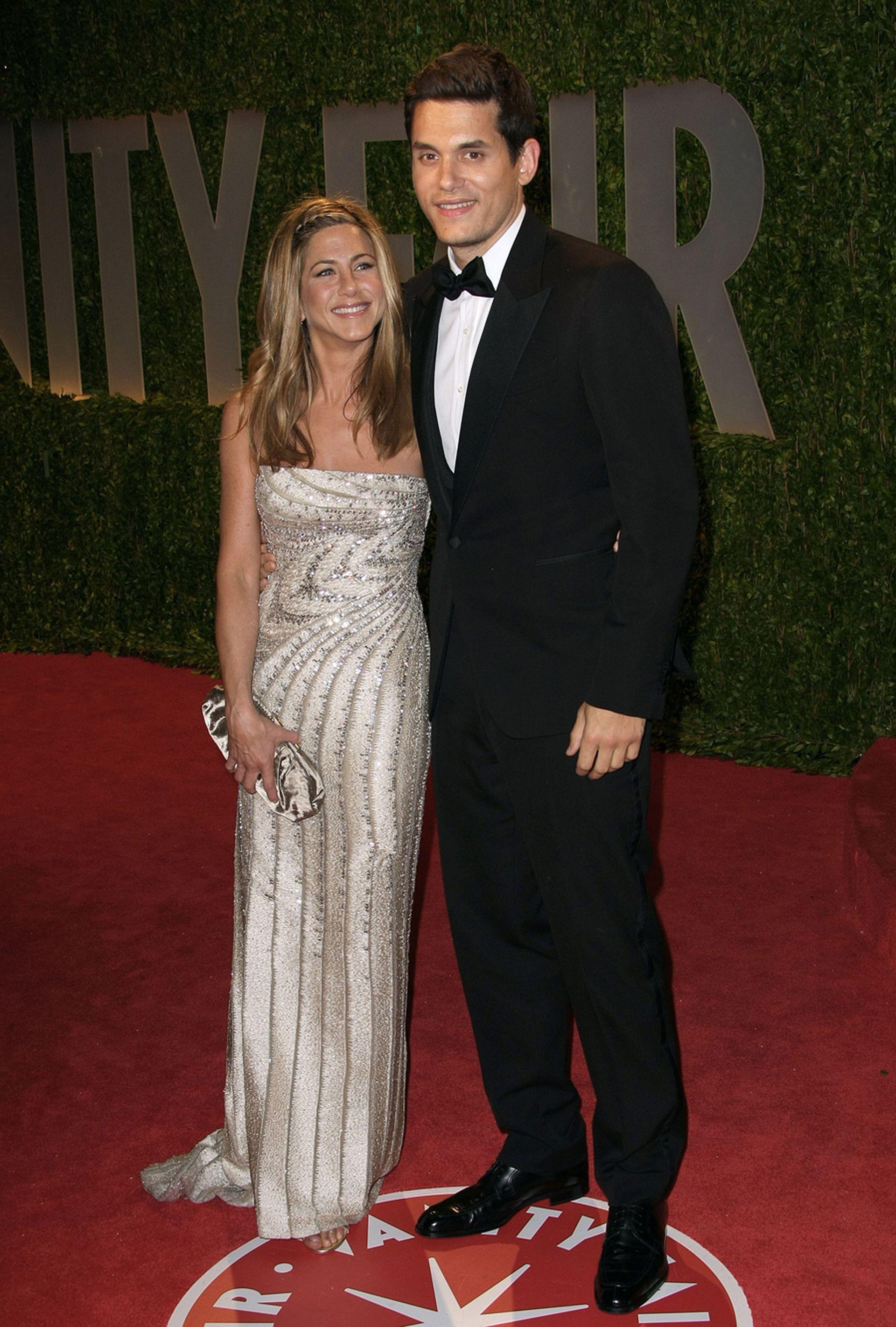 Aniston y John Mayer en 2009, durante una fiesta post Oscar