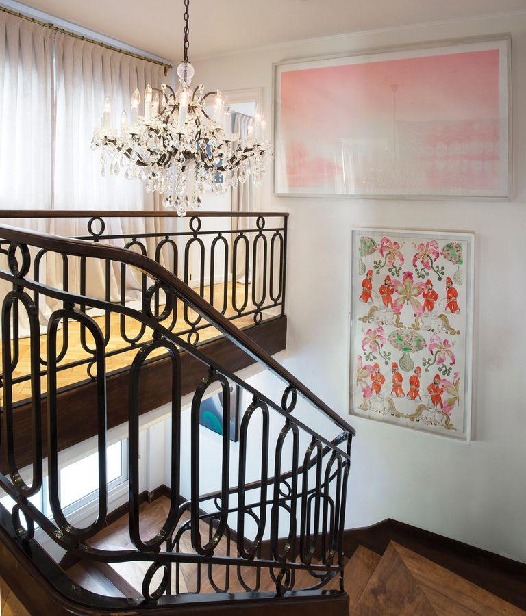Una escalera de estilo francés nos lleva al área privada de la casa y, como en el resto del departamento, dos obras ocupan un lugar central: una tinta del pintor argentino Ernesto Ballesteros y una acuarela del también argentino y contemporáneo Alberto Passolini.