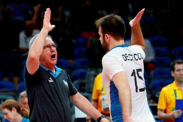 """Velasco rescató a jugadores como Luciano De Cecco y aseguró que llegan """"con una maduración justa"""" a la cita olímpica de Tokio."""