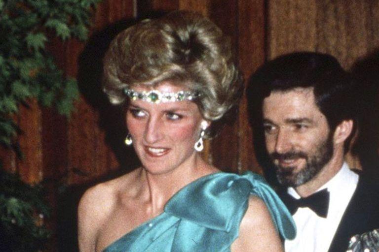 La reina se enojó porque Diana llevó puesta una de sus gargantillas preferidas como una diadema