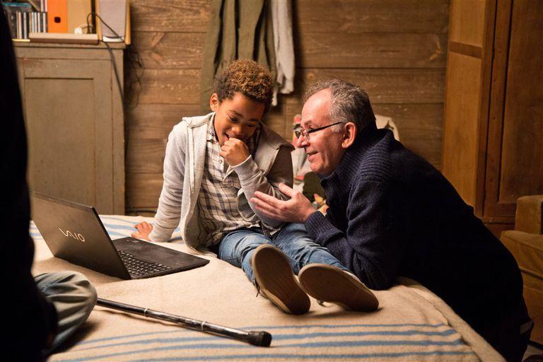 Larsson do Amaral, el niño angoleño protagonista de Ismael , junto al director, en el rodaje del film