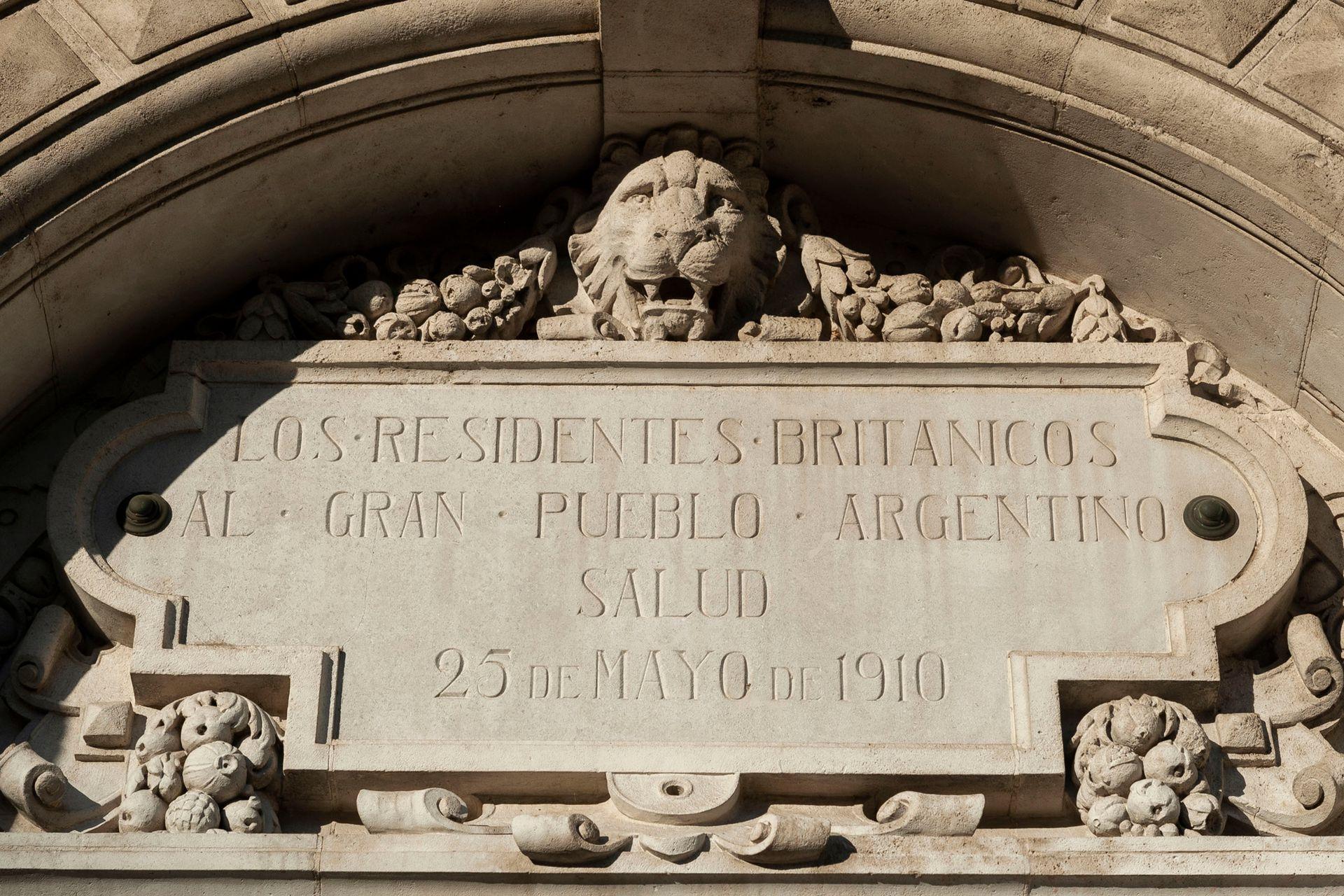 """""""Los residentes británicos al gran pueblo argentino. Salud"""", la placa de una de sus paredes"""