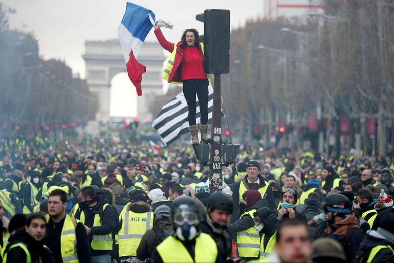 """Francia: la protesta de los """"chalecos amarillos"""" llegó a los Campos Elíseos"""
