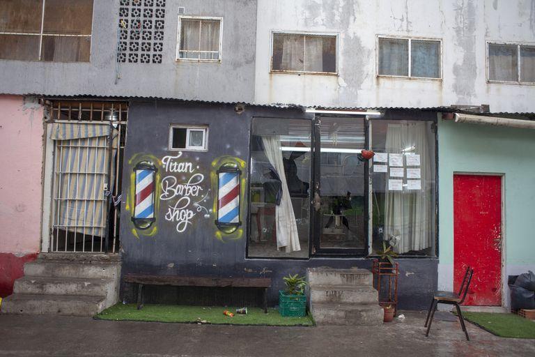 La fachada de una peluquería fue baleada en la madrugada del lunes pasado
