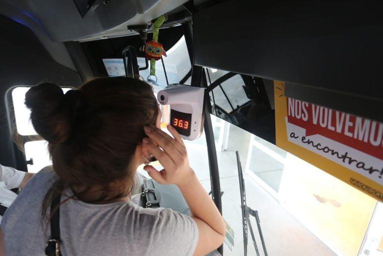 Algunos colectivos poseen dispositivos para tomar la temperatura corporal de los pasajeros antes de subirse a los habitáculos