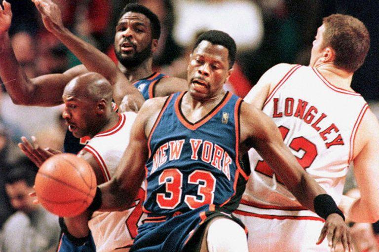 New York Knicks es una franquicia histórica de la NBA, aunque de poco éxito; Patrick Ewing es uno de sus grandes emblemas, aunque se retiró sin anillos de campeón; en la acción, en 1993, contra el Chicago Bulls de Michael Jordan.