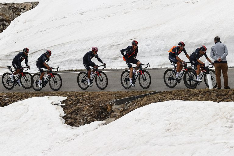 El Giro de Italia llega a su final, con el colombiano Egan Bernal (tercero desde la izquierda) en la delantera y los argentinos Eduardo Sepúlveda y Maximiliano Richeze en el pelotón.