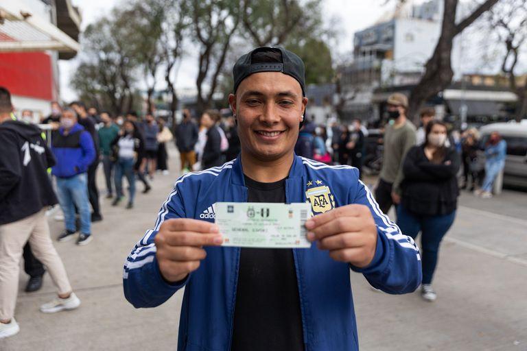 Un hincha, feliz con su entrada para ver a la selección este jueves, ante Perú