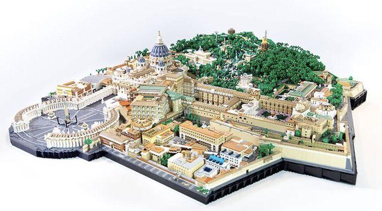 El artista invirtió 300 horas de trabajo en su recreación del Vaticano con bloques de LEGO