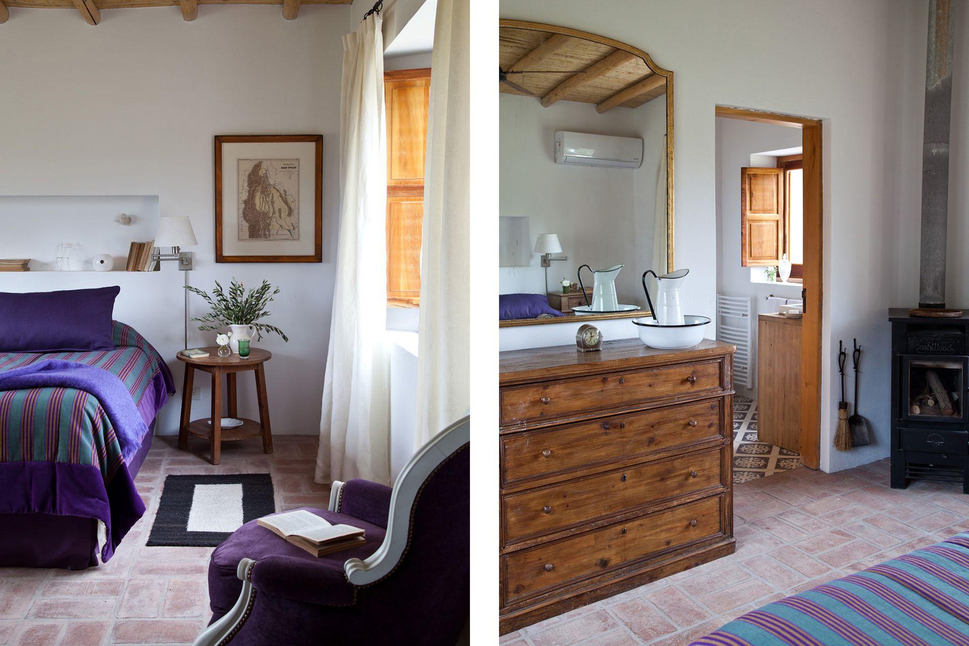 Uno de los dormitorios de huéspedes con baño en suite, cómoda de Alberto Ledesma y elegante espejo, de herencia familiar.