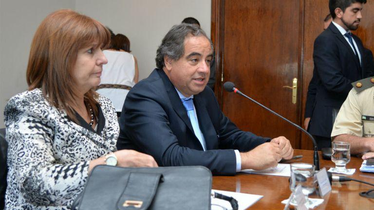 El ministro de Defensa, Julio Martínez, y su par de Seguridad, Patricia Bullrich