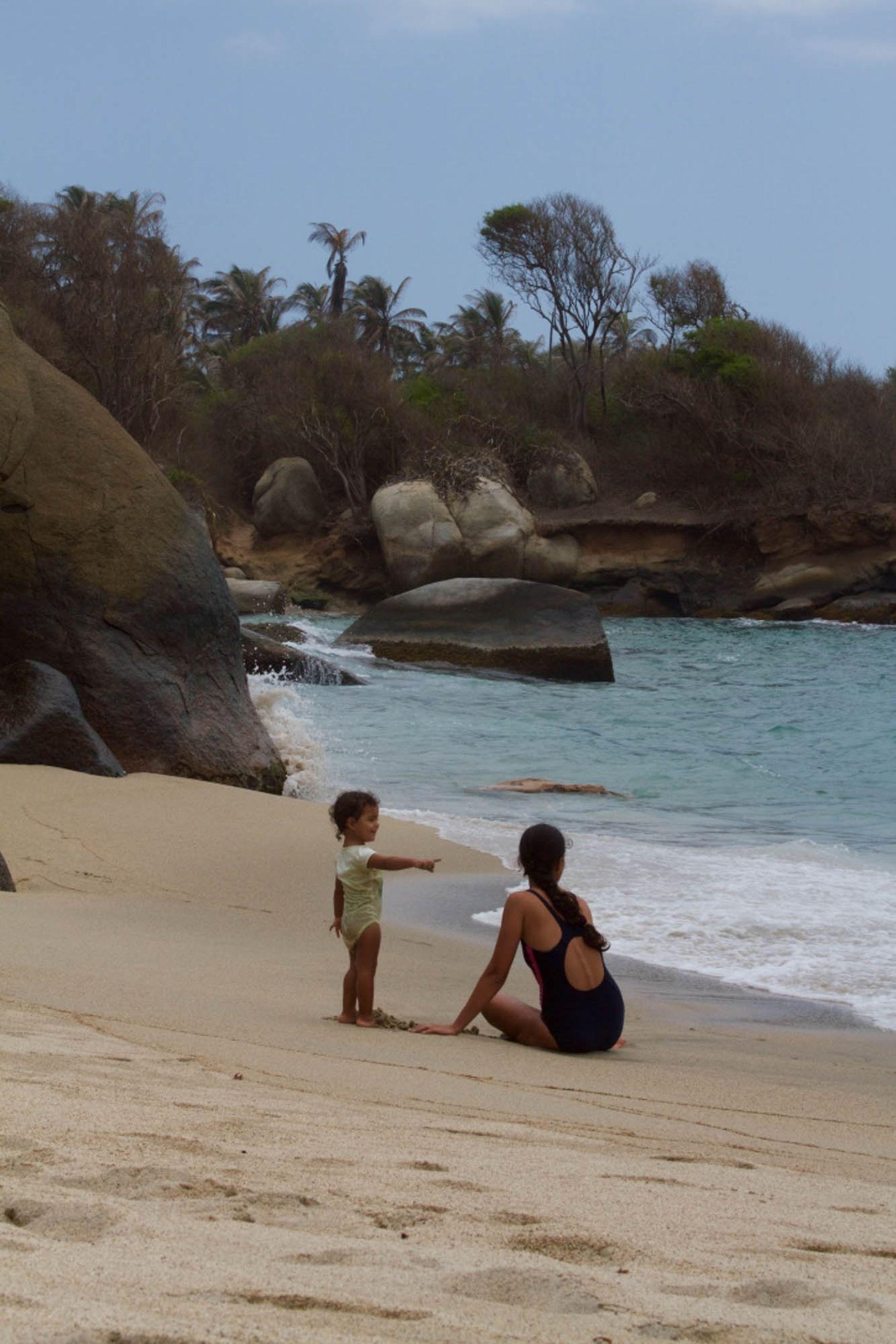 Madre e hijo disfrutan de las playas del Tayrona.