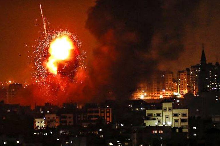 El fuego sale de un edificio golpeado por un ataque aéreo israelí en la Franja de Gaza, en medio de la escalada de violencia israelí-palestina