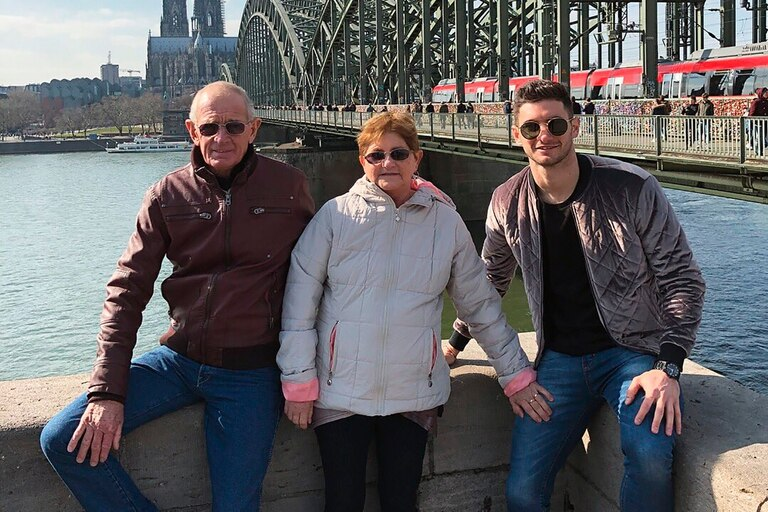 Abel y Mónica, los padres de Lucas, de visita por Alemania; detrás, el río Rin y la catedral de Colonia, que se encuentra a 40 kilómetros de Leverkusen