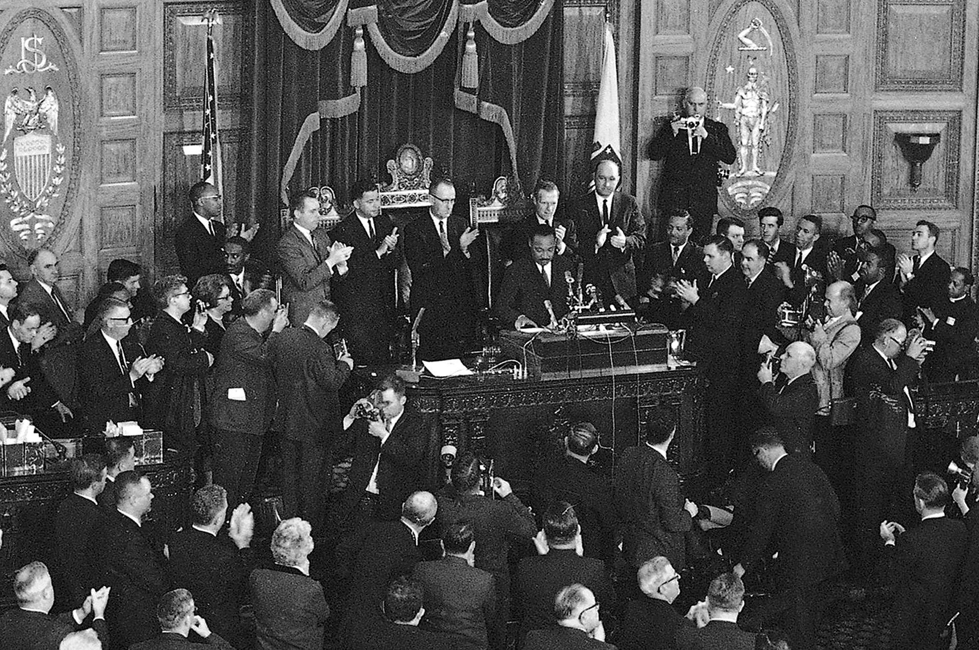 El 22 de abril de 1965, Martin Luther King, recibe aplausos después de terminar un discurso en la sesión conjunta de la Legislatura de Massachusetts en Boston