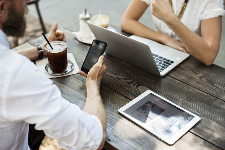 En cualquier momento y lugar, los cursos a distancia por Internet son una alternativa flexible que muchas casas de estudios y organismos ofrecen en plataformas online como edX y Coursera