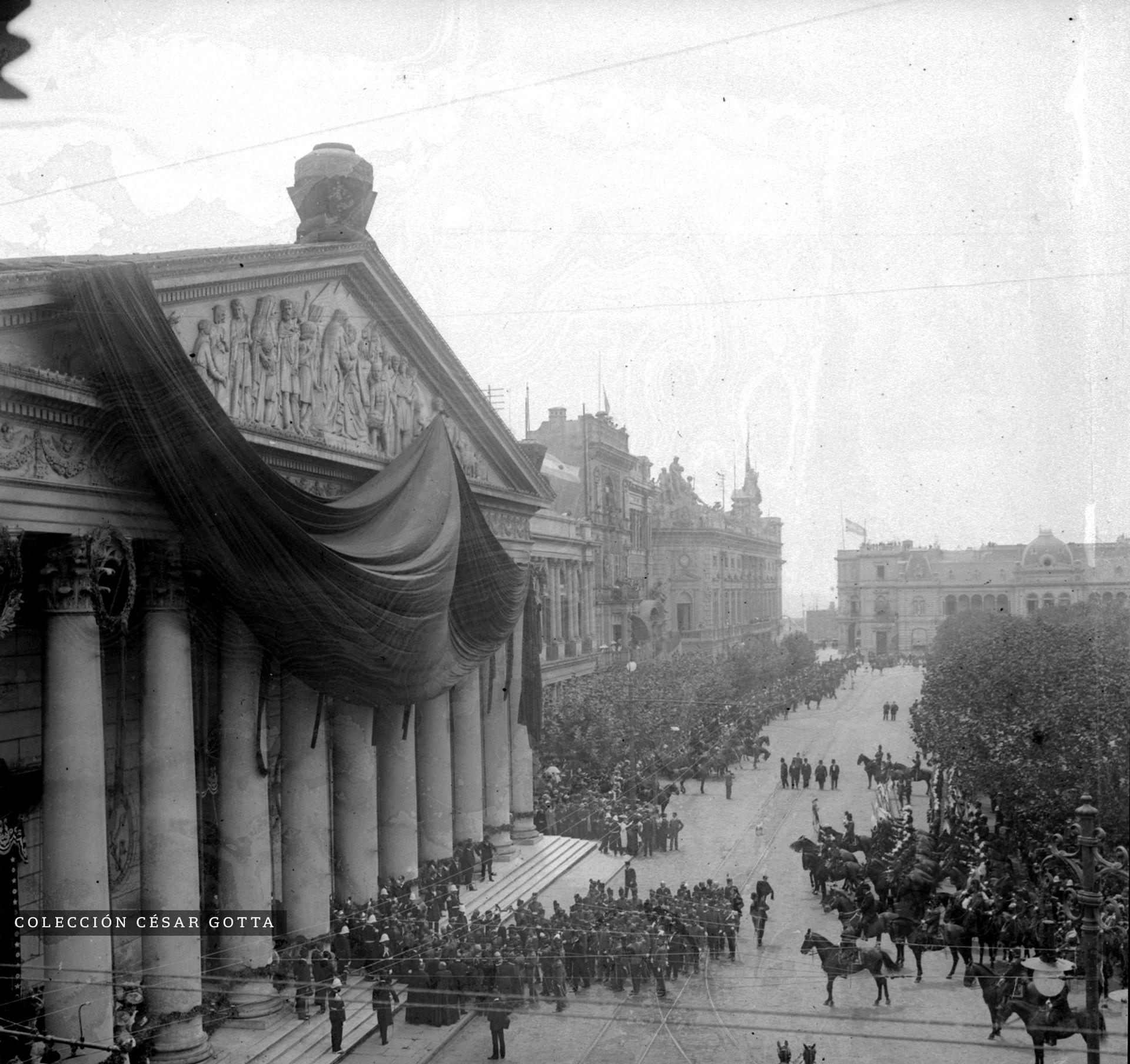 Funeral no identificado en Plaza de Mayo. circa 1895.