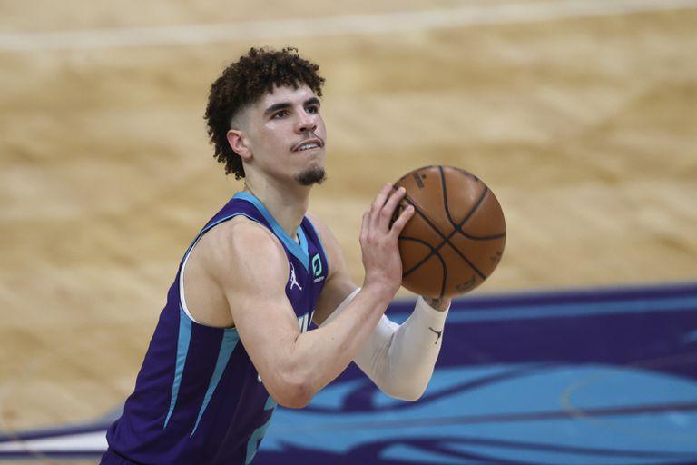 LaMelo Ball, base de los Hornets, y un libre en un duelo contra los Magic de Orlando