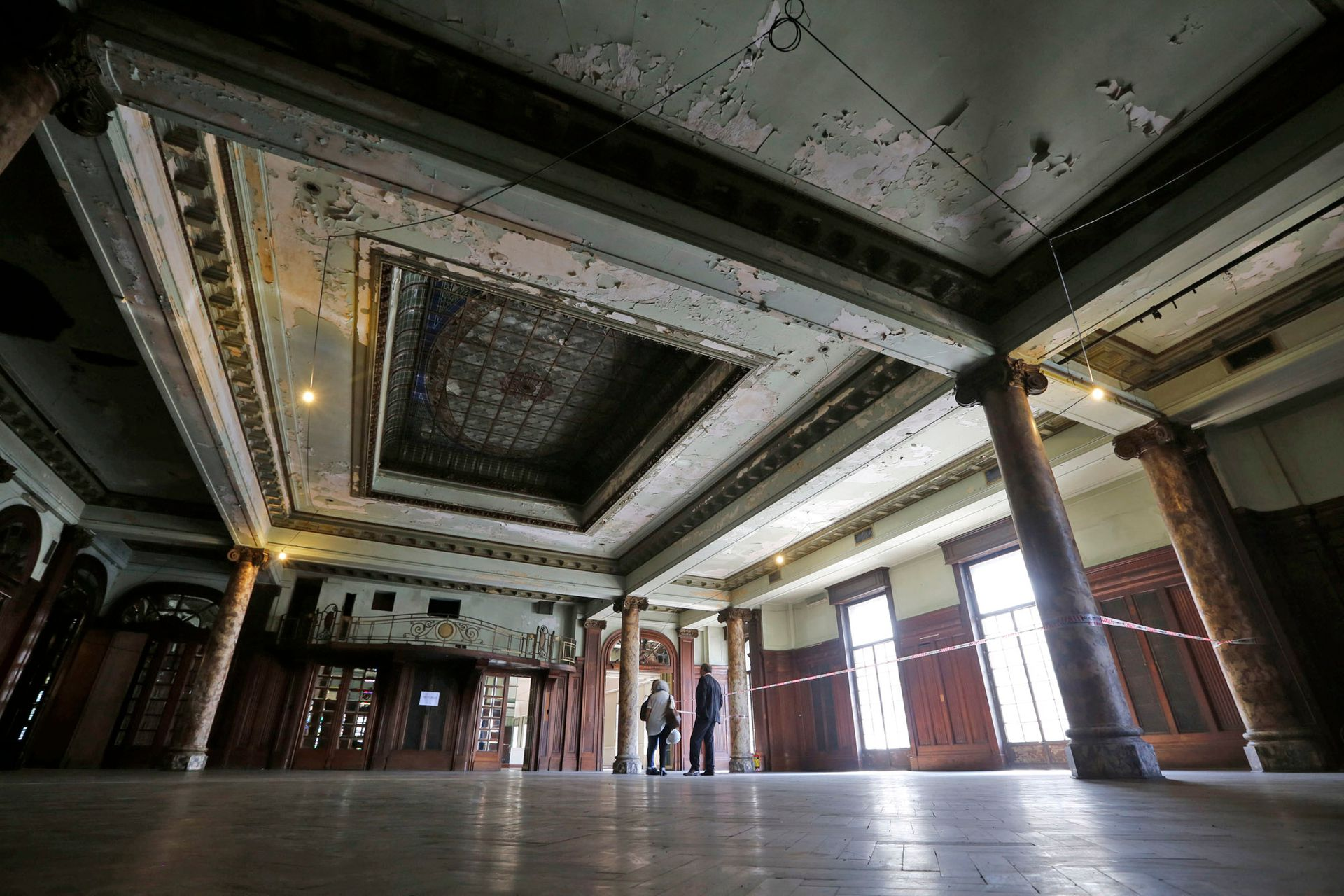 En el interior varios pisos fueron tapados con alfombras, las cuales se van retirando para volver a exhibir la madera