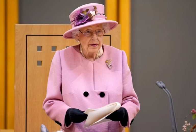El furioso comentario que la reina Isabel hizo en privado y fue captado por las cámaras