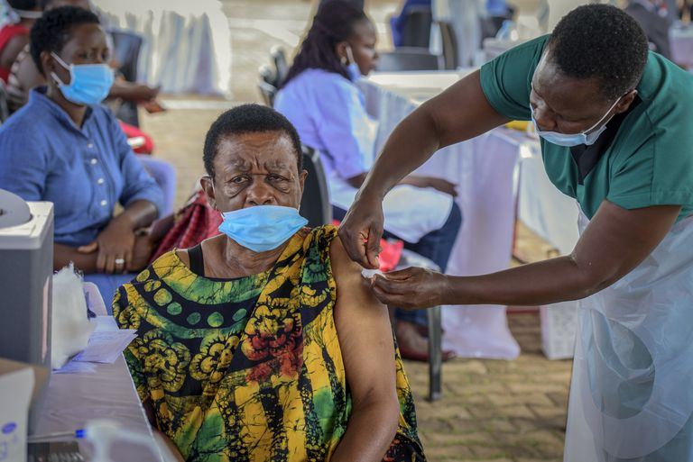El gobierno de Joe Biden alcanzará con su donación a alrededor de 100 países vulnerables (AP Foto/Nicholas Bamulanzeki)