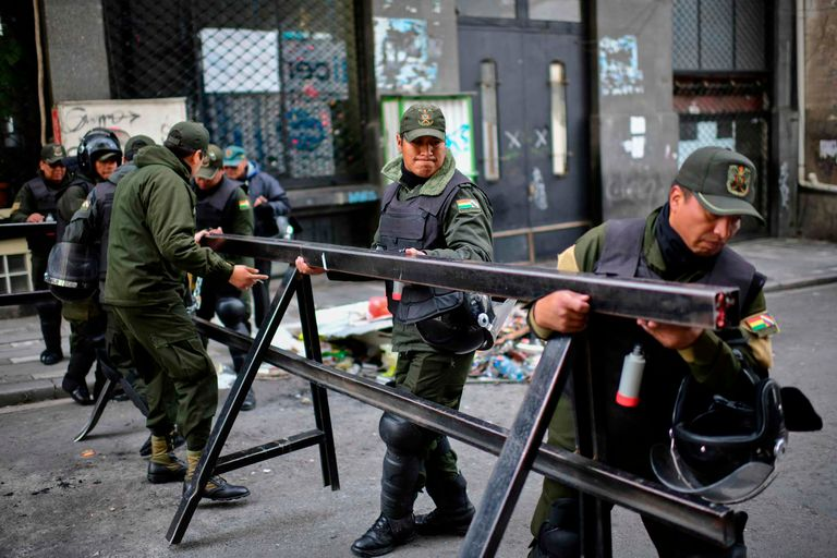 Policías y militares custodian las calles de La Paz