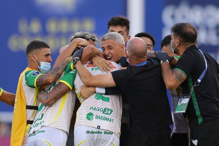 Hernán Crespo festeja junto a jugadores e integrantes del cuerpo técnico la histórica obtención de la Copa Sudamericana