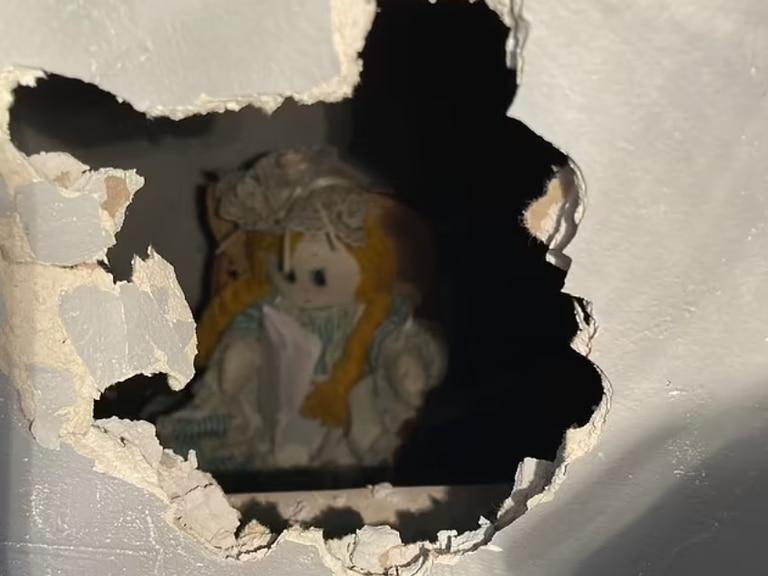 Compró una casa y encontró oculta detrás de la pared una muñeca con un macabro mensaje